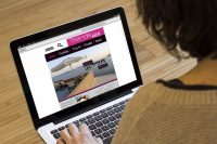 navegando en internet chica viendo una página de tendencias en su ordenador