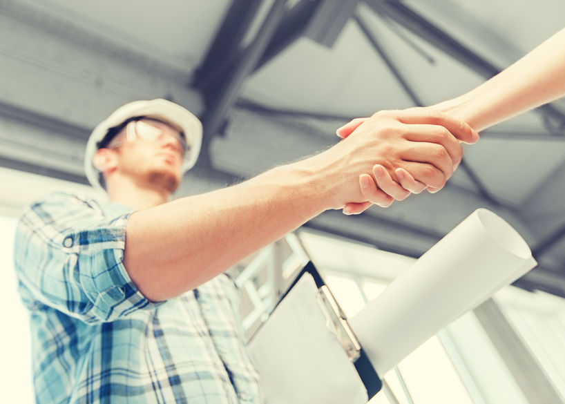 FOTO: hombre haciendo crecer una empresa de construccion