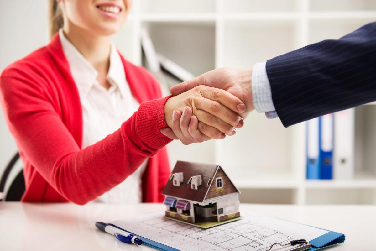 FOTO: Inmobiliarias dándose la mano caso de éxito franquicia inmobiliaria B2B