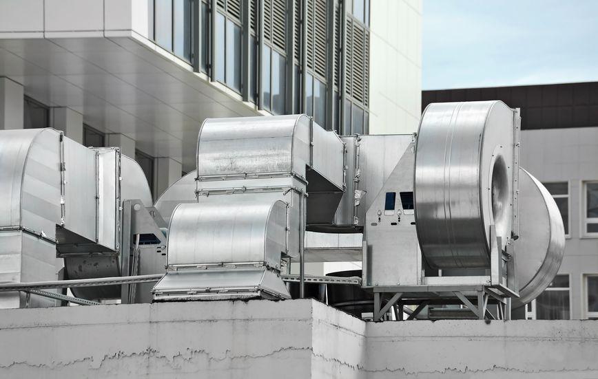 Foto de archivo - Aire acondicionado industrial y sistemas de ventilación en el techo